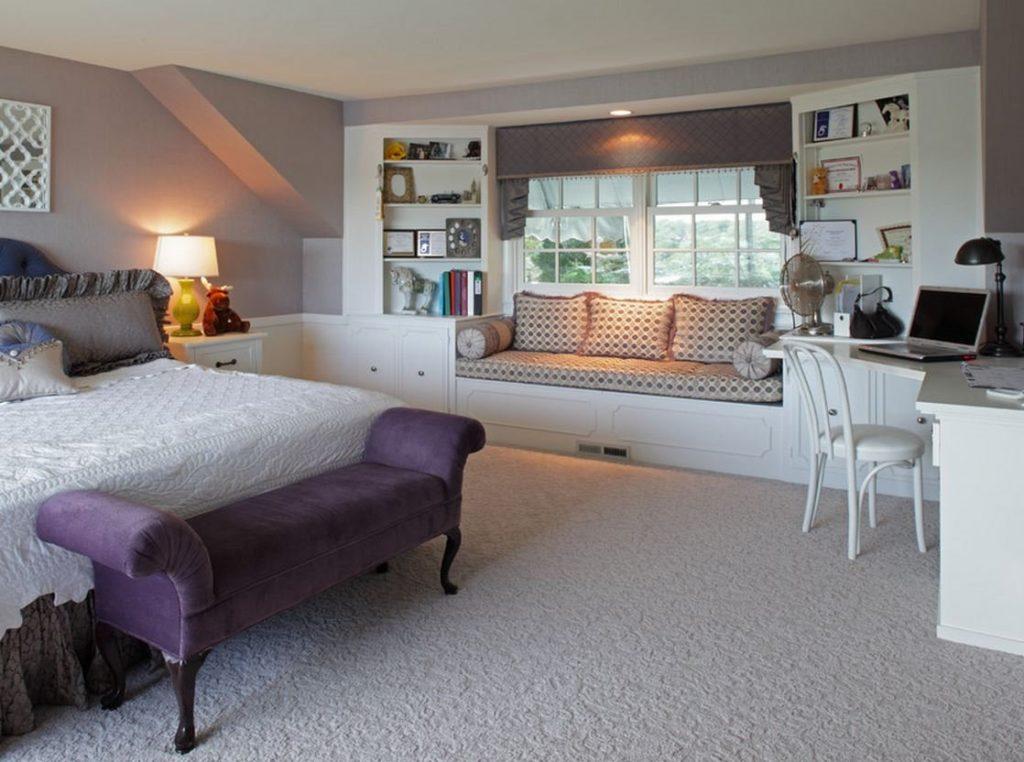 Фото спальной с кроватью, кушеткой и диваном на подоконнике