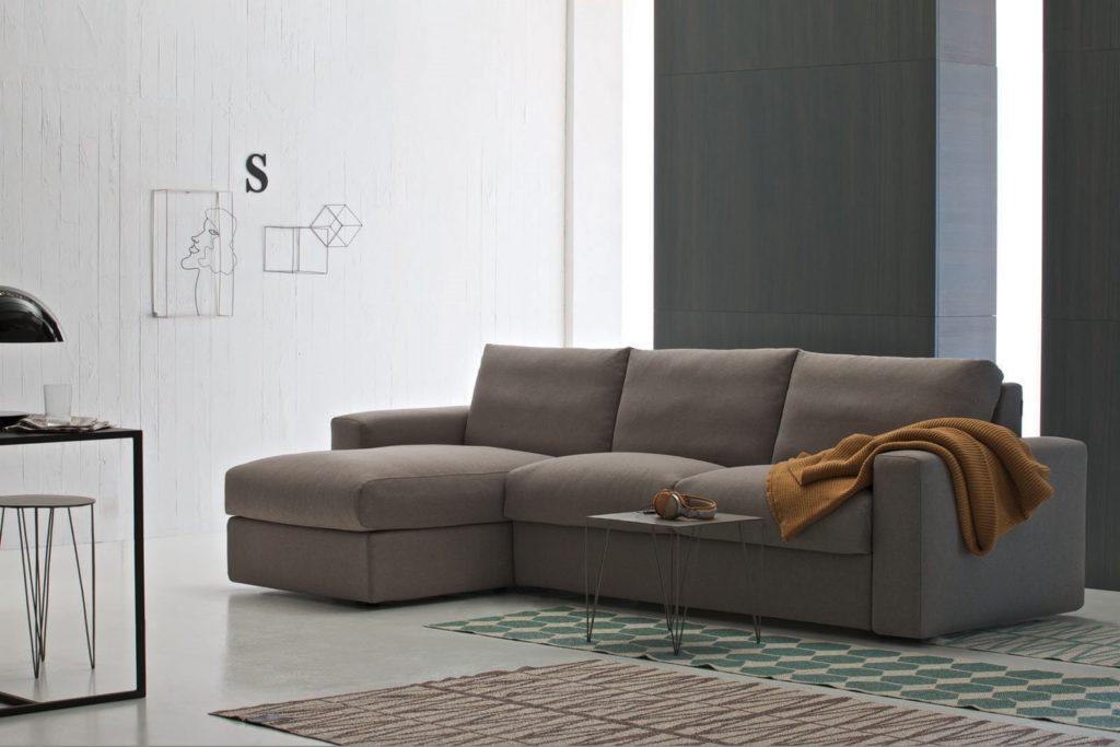 Угловой раскладной диван в спальной