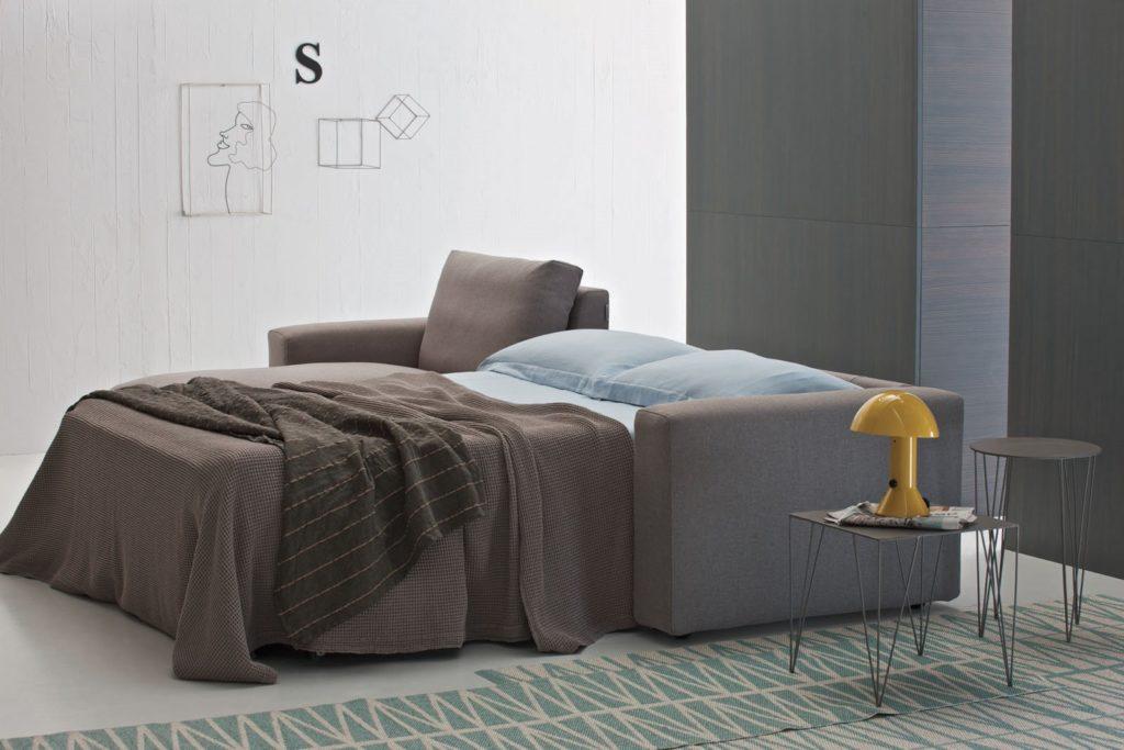 Диван в интерьере спальной вместо кровати
