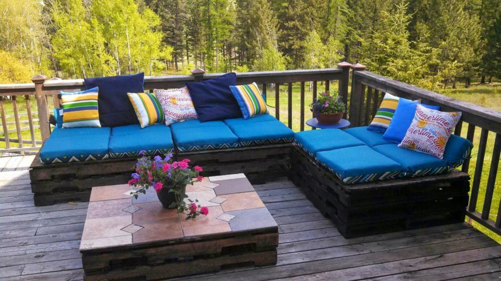 Два дивана из деревянных поддонов на веранде