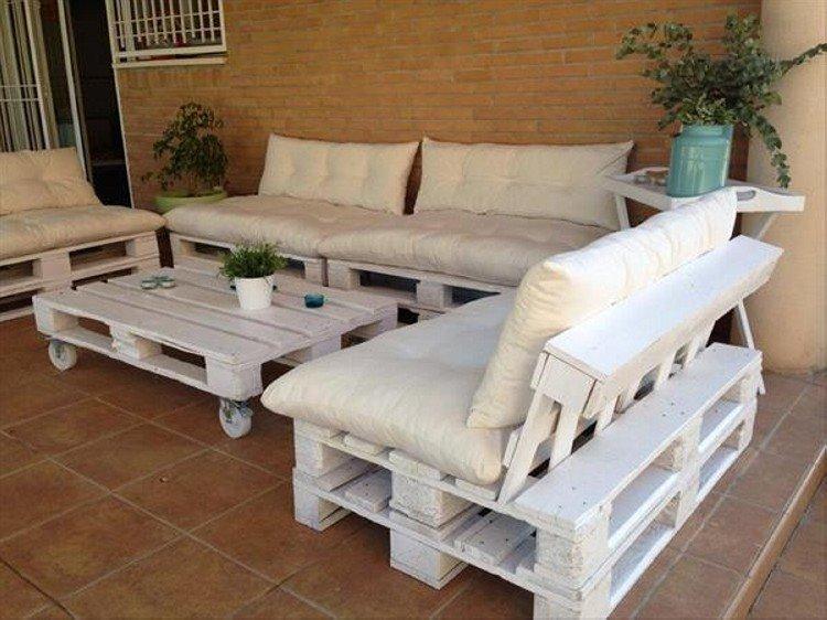 Фото дивана из поддонов во дворе частного дома