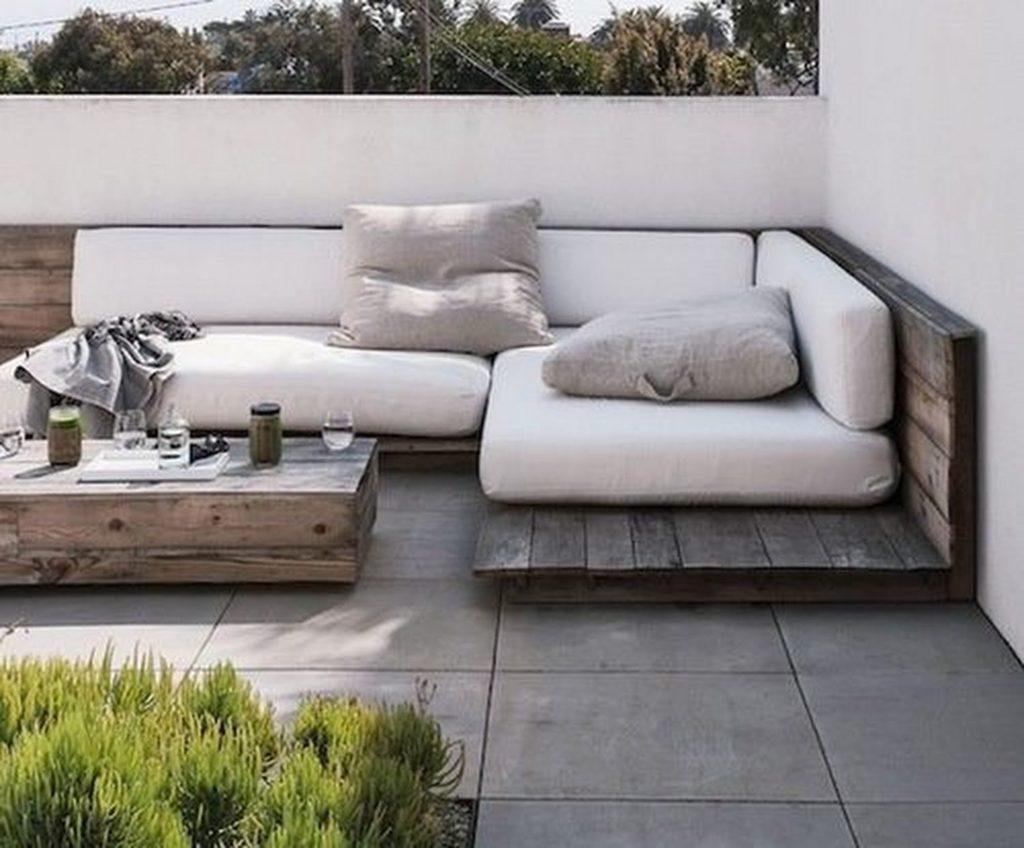 Угловой диван из поддонов с мягкими подушками на улице