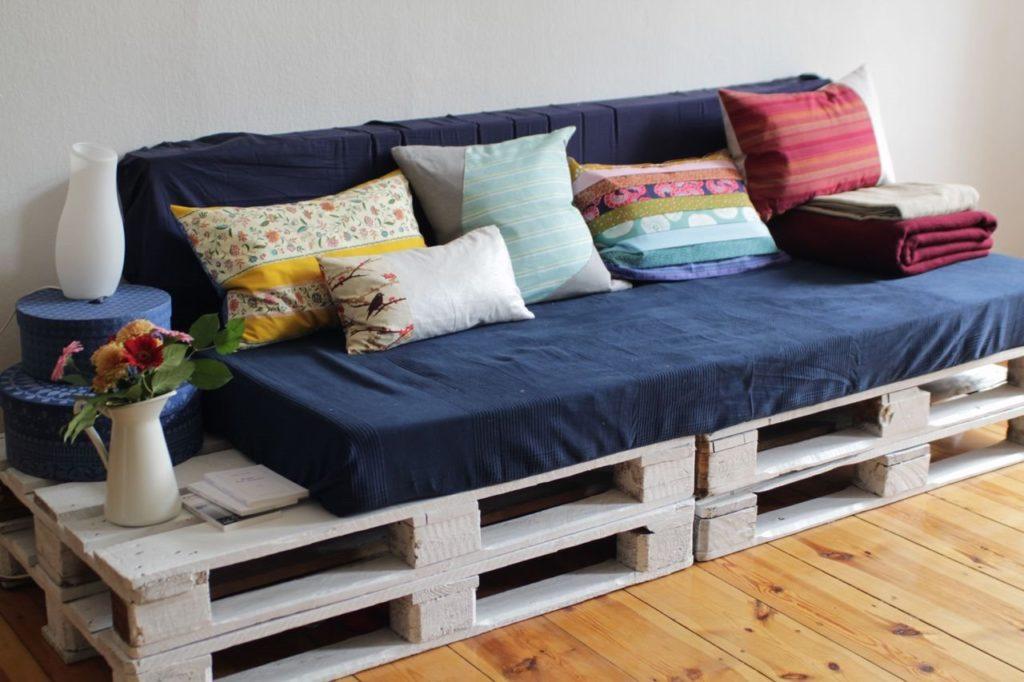 Прямой диван сделанный своими руками из деревянных паллет окрашенных в белый цвет