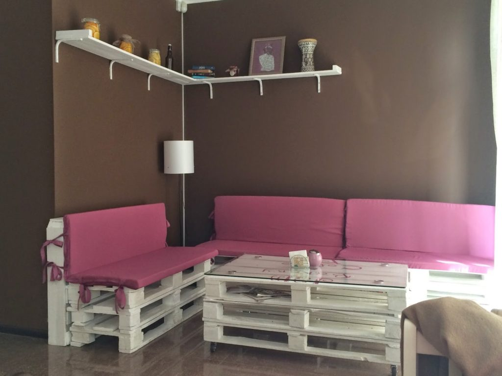 Два дивана из деревянных паллет в интерьере комнаты