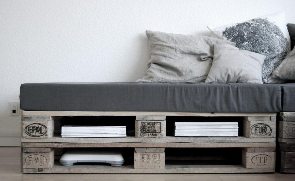 Внутренние ниши для хранения в каркасе дивана из европаллетов