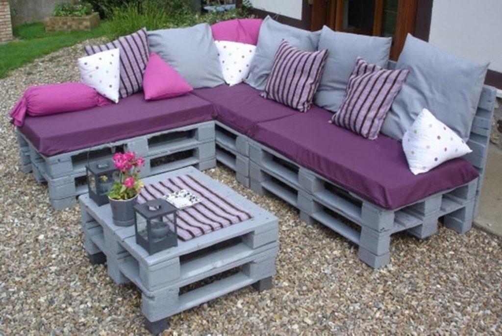 Крашенный угловой диван из поддонов с мягким сидением из подушек