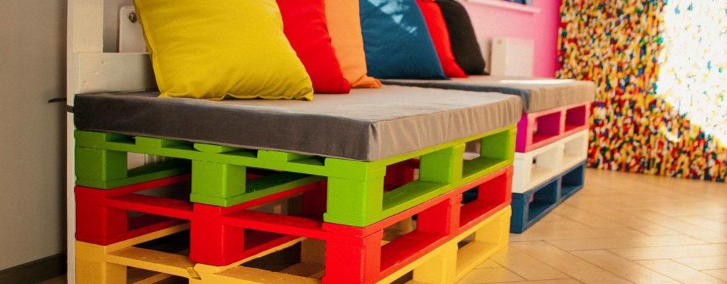 Два разноцветных дивана из деревянных поддонов
