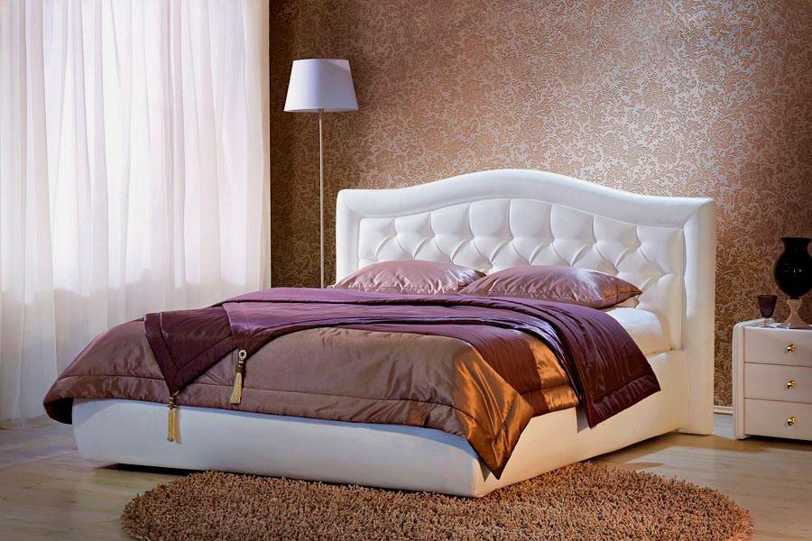 Роскошная двухспальная кровать с спальной комнате