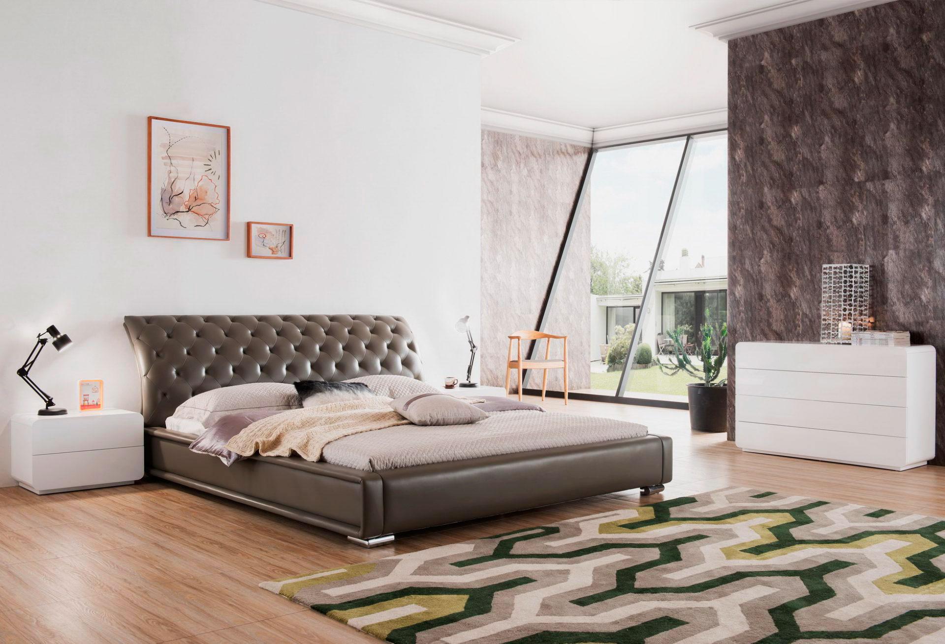 Кровать в спальной комнате (12)