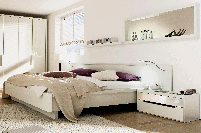 Кровать в спальной комнате (18)