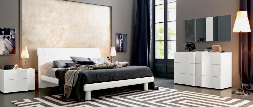 Кровать в спальной комнате (21)