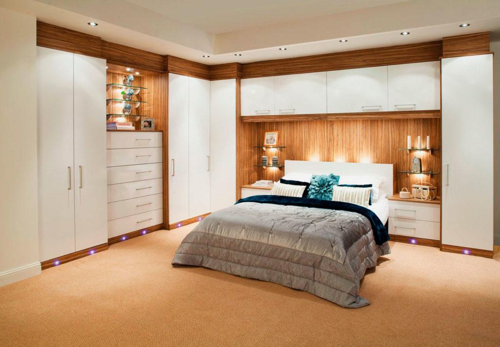 Фото интерьера спальной комнаты с кроватью