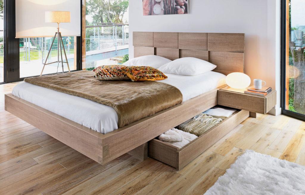 Фото кровати с деревянным каркасом и выдвижными ящиками