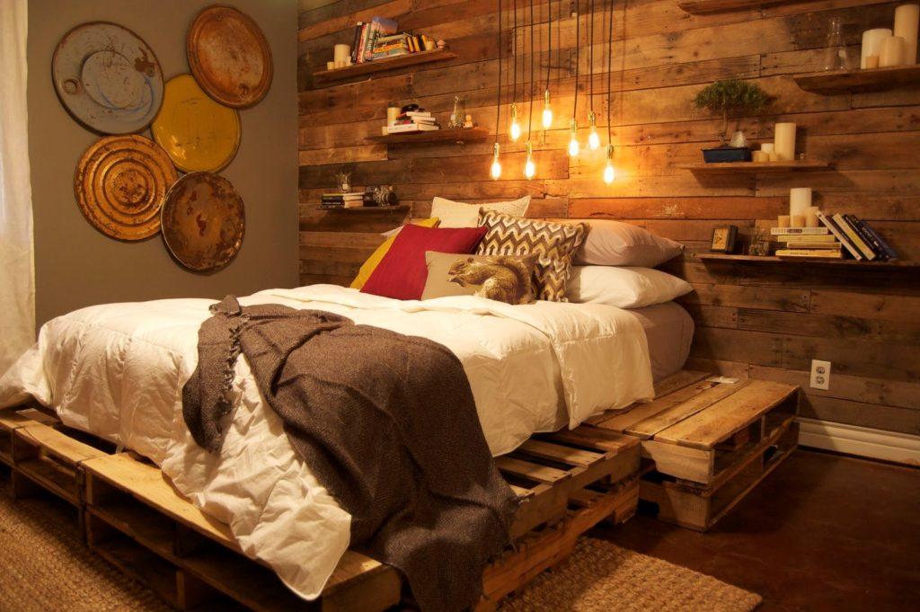 Кровать из деревянных поддонов в интерьере
