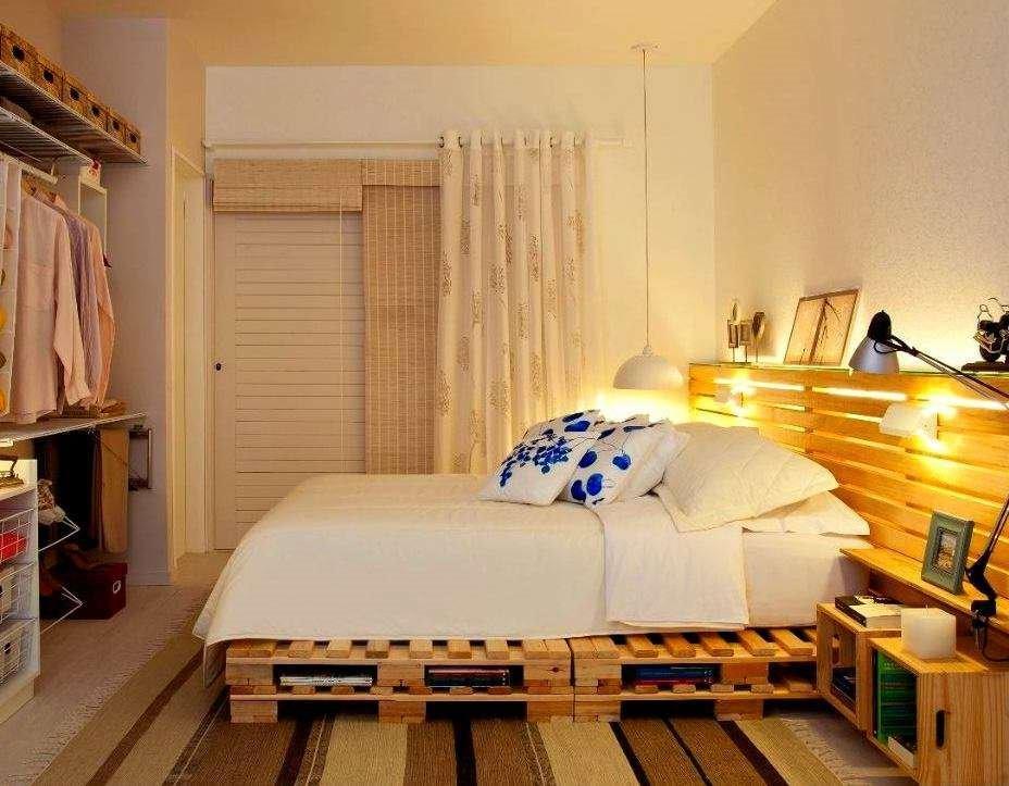 Кровать из паллет с изголовьем в интерьере
