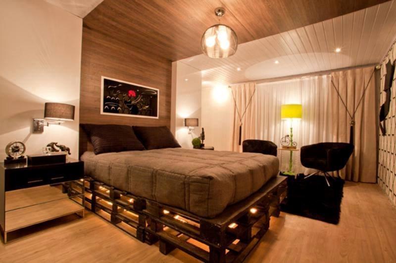 Кровать из поддонов с подсветкой каркаса в спальной комнате
