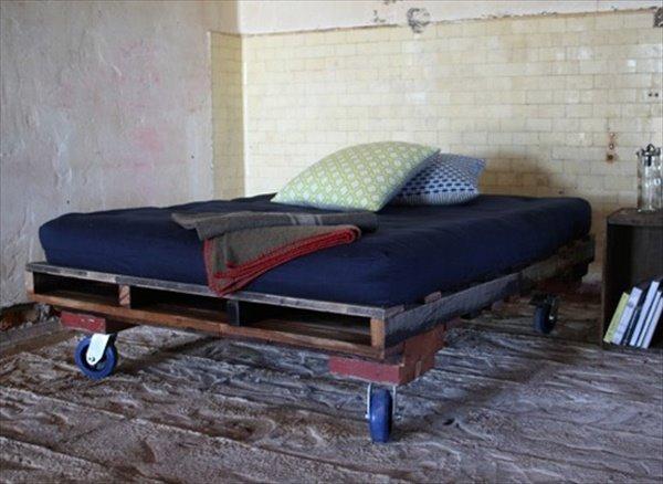 Кровать из строительных паллет на колесах