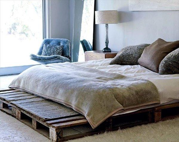 Однослойная кровать из поддонов в спальной
