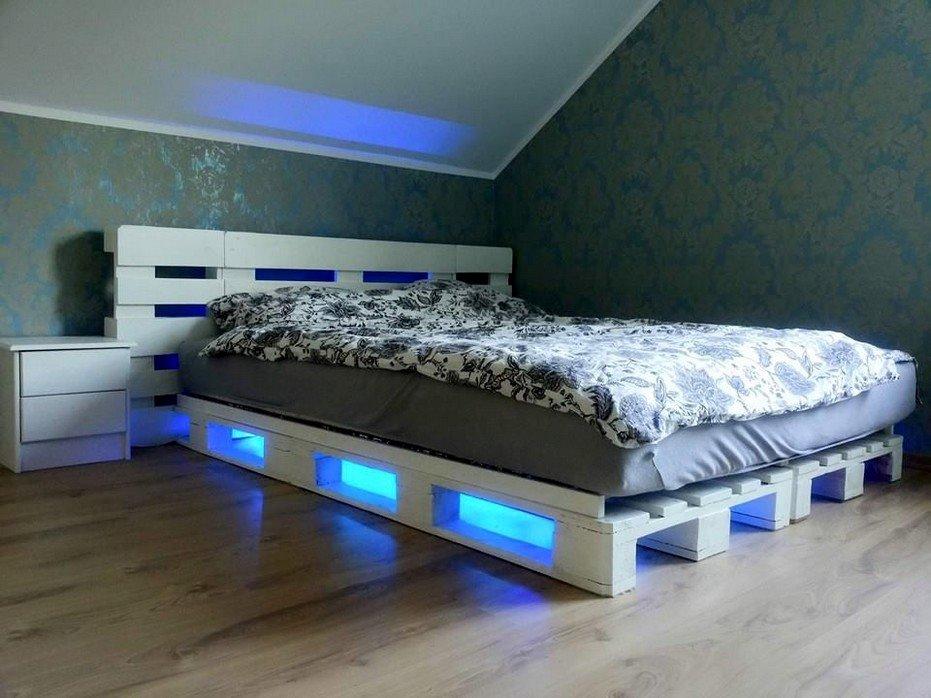 Интерьер спальной с кроватью из поддонов с подсветкой