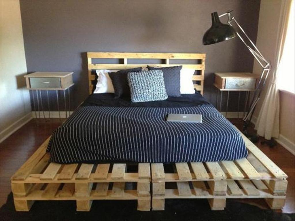 Кровать с изголовьем сделанная из поддонов