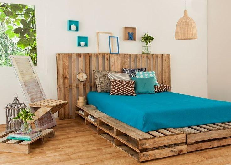 Деревянная кровать из паллет