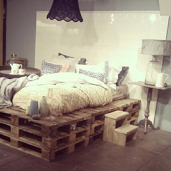 Кровать из деревянных поддонов (25)