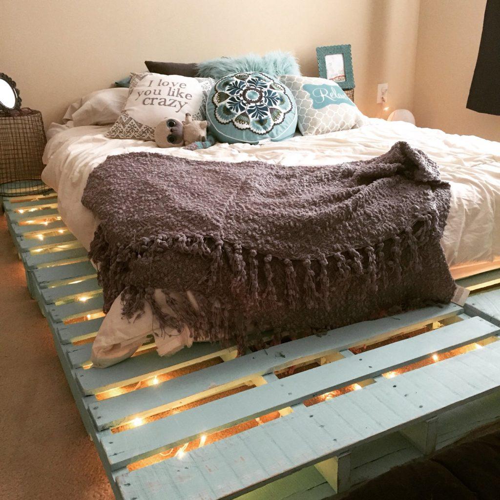 Фото двуспальной кровати из паллет с матрасом