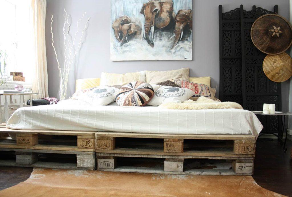 Самодельная кровать из строительных европоддонов в интерьере спальной