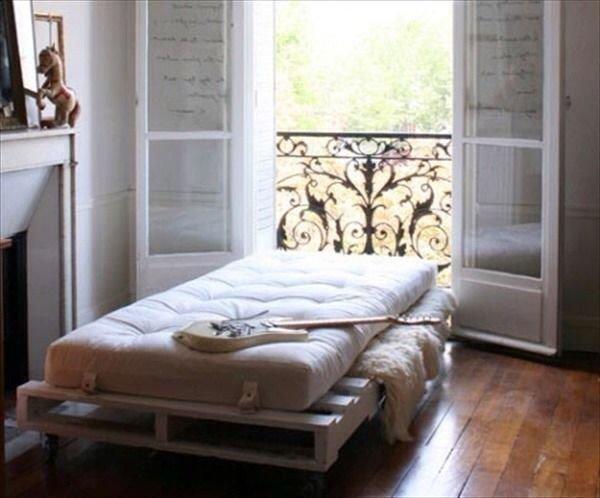 Кровать из деревянных поддонов (33)