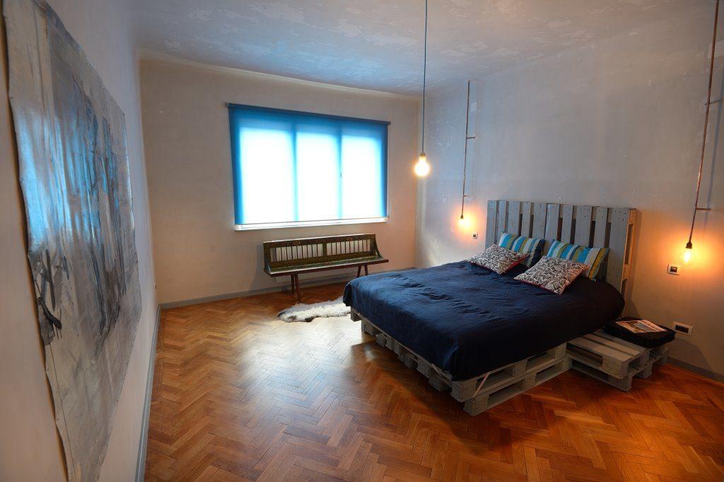 Комната с кроватью из деревянных паллет