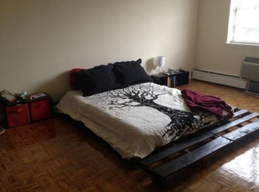 Кровать из деревянных поддонов (36)