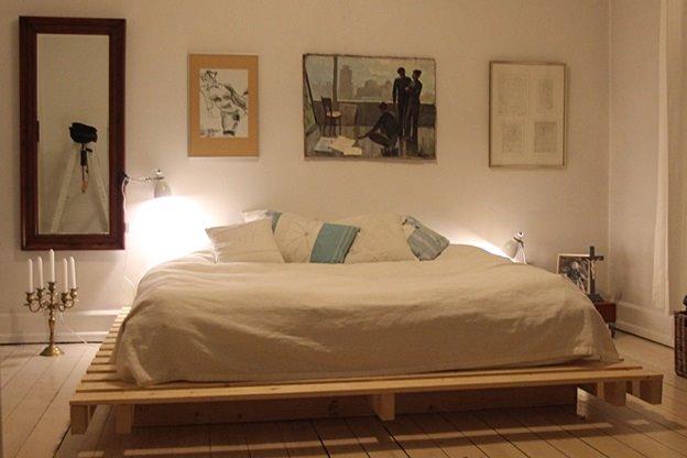 Кровать из деревянных поддонов (37)
