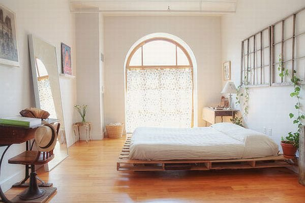 Кровать из деревянных поддонов (38)