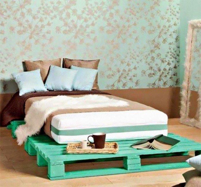 Кровать из деревянных поддонов (39)