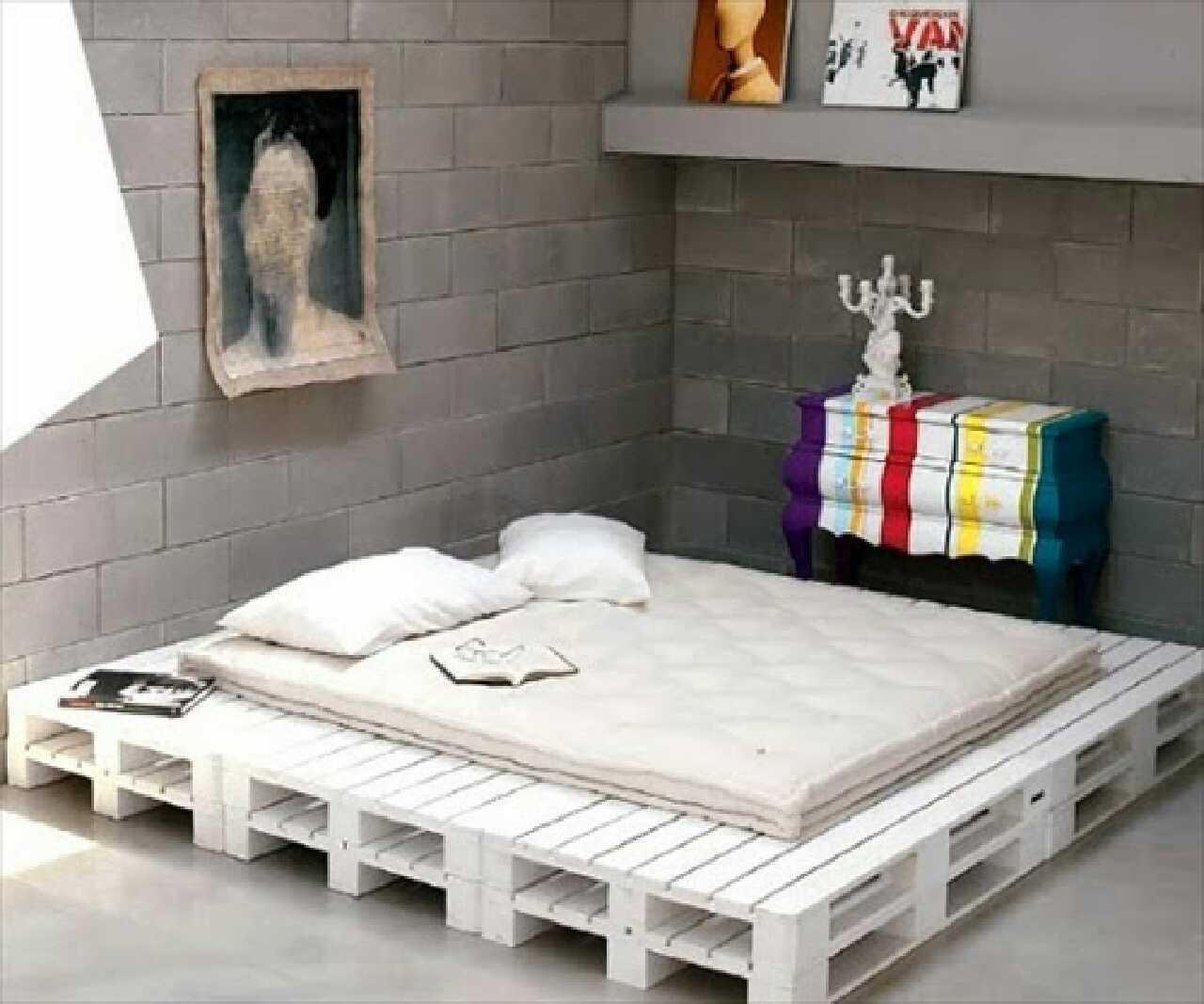 Кровать из деревянных поддонов (40)