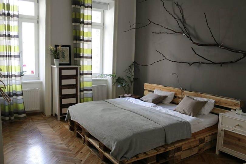 Интерьер спальной с кроватью сделанной своими руками из поддонов