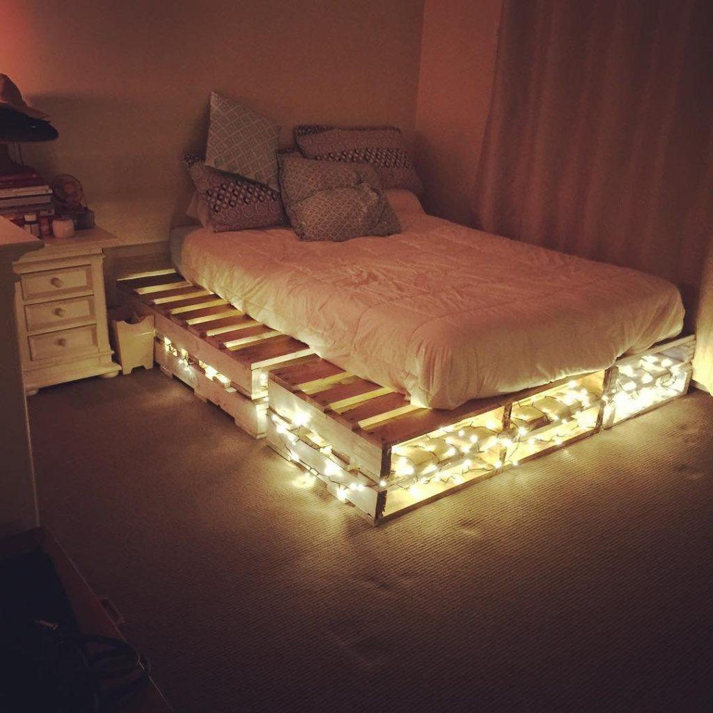 Самостоятельно изготовленная из деревянных поддонов кровать с подсветкой