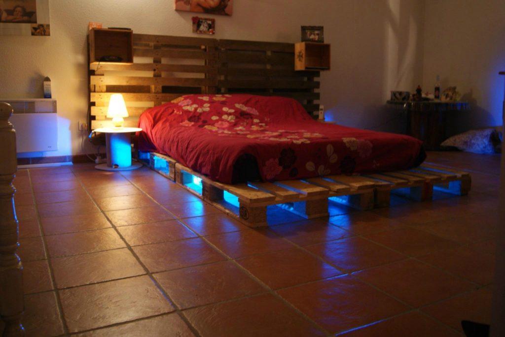 Однослойная кровать из паллет с изголовьем