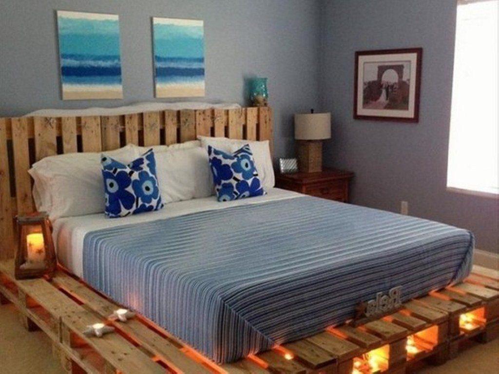 Кровать изготовленная из дереявнных строительных поддонов с высоким ортопедическим матрасом