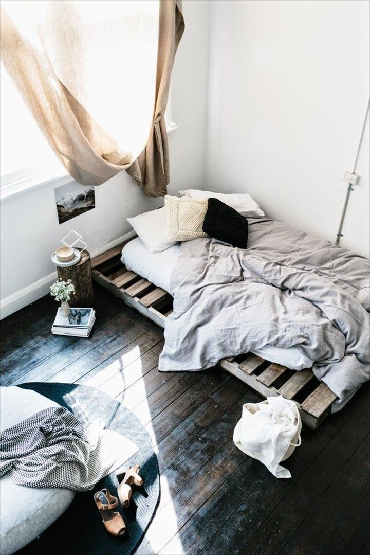 Кровать из деревянных поддонов (50)