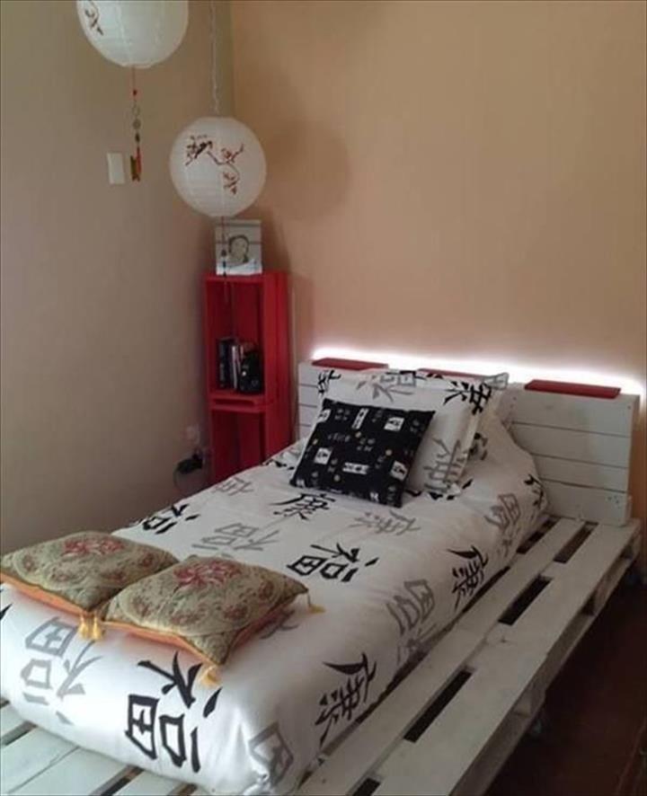 Кровать из деревянных поддонов (6)