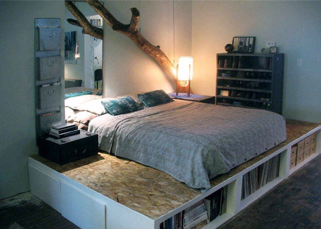 Кровать на высоком подиуме с ящиками и полками