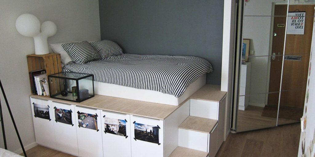 Высокий подиум с кроватью и встроенными нишами для хранения