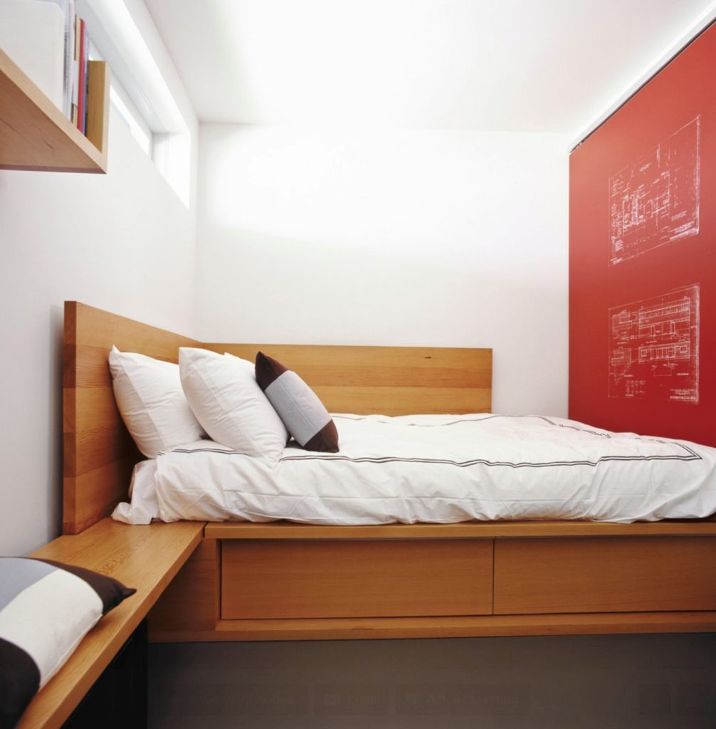 Кровать-подиум с ящиками встроенная в нишу