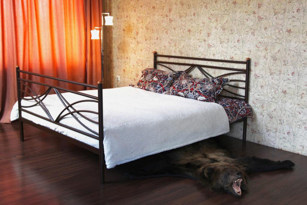 Металлическая кровать с высоким изножьем