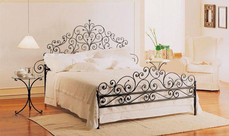 Кованная кровать с изножьем