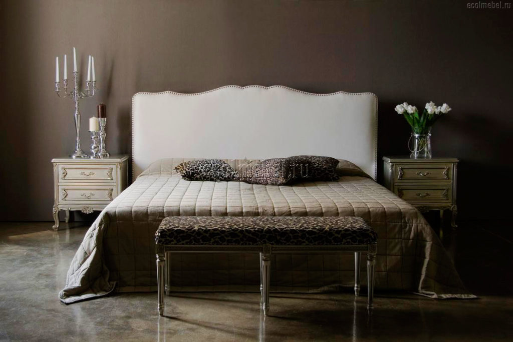 Банкетка в изножье кровати