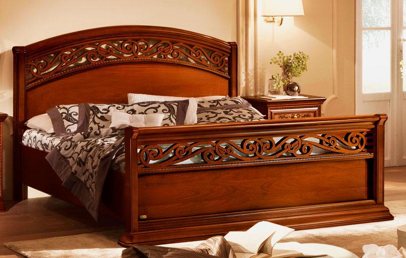 Деревянная кровать с резным изголовьем и изножьем