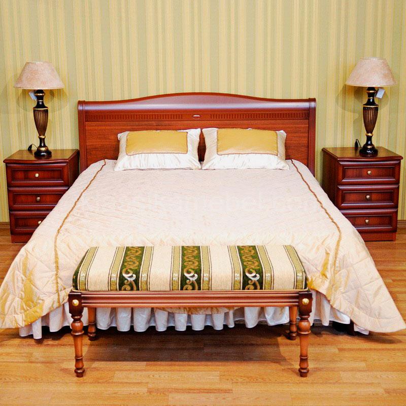 Кровать в классическом стиле с банкеткой в изножье