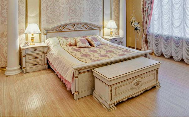 Сундук у изножья кровати